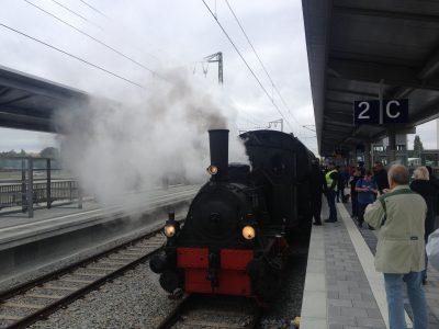 Historische Lok im Bahnhof Freiham