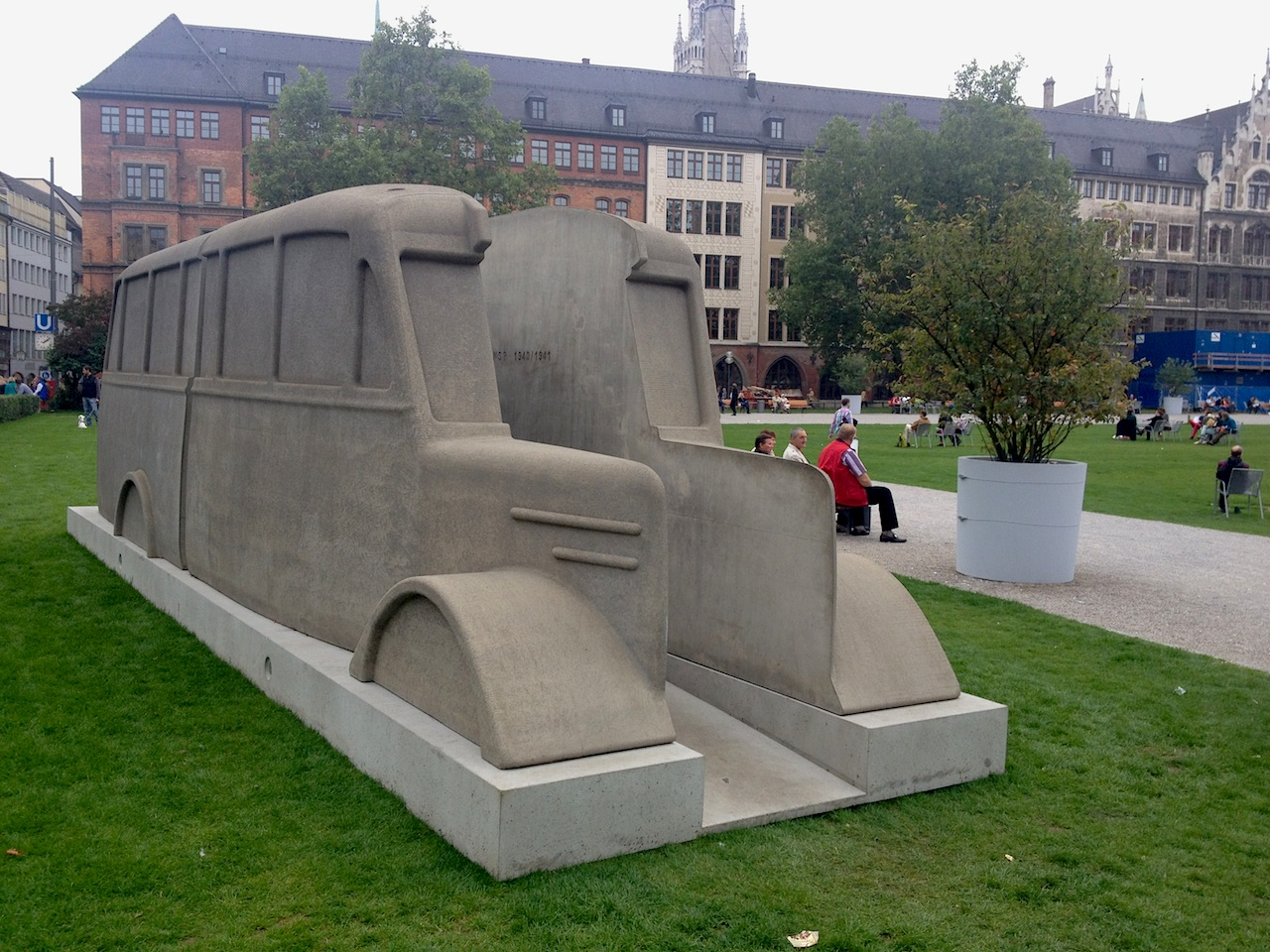Ein Denkmal der grauen Busse im Marienhof
